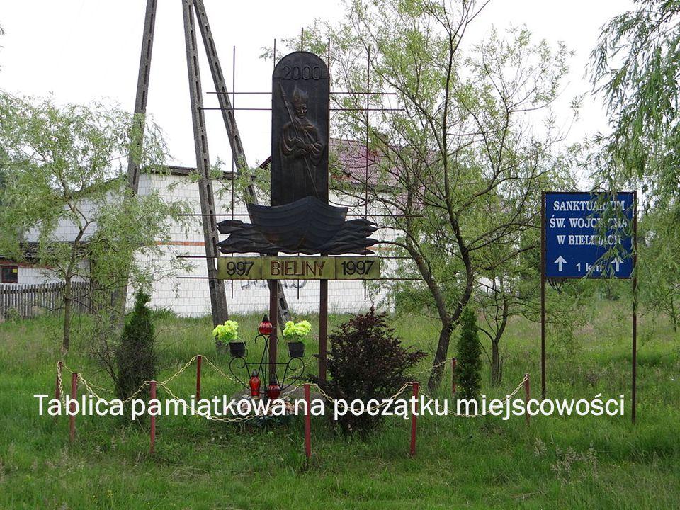 Tablica pamiątkowa na początku miejscowości