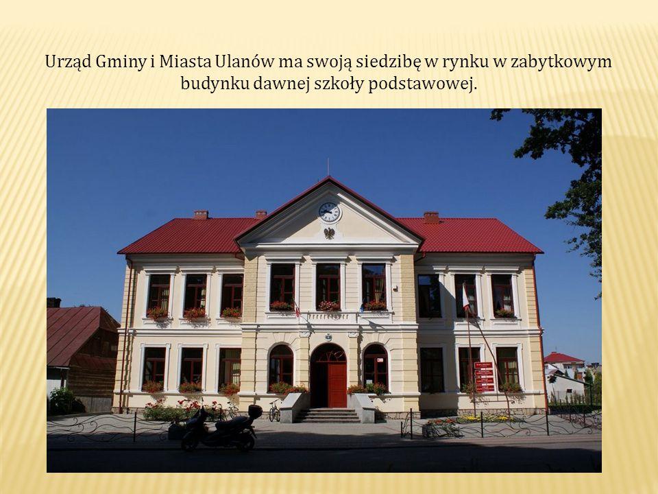Urząd Gminy i Miasta Ulanów ma swoją siedzibę w rynku w zabytkowym budynku dawnej szkoły podstawowej.