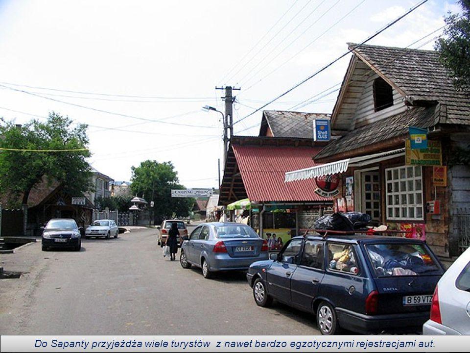 W malowniczym regionie Maramuresz wokół cerkwi w rumuńskiej miejscowości Săpânţa, znajduje się cmentarz, który wraz z kompleksem kilku innych cerkwi w