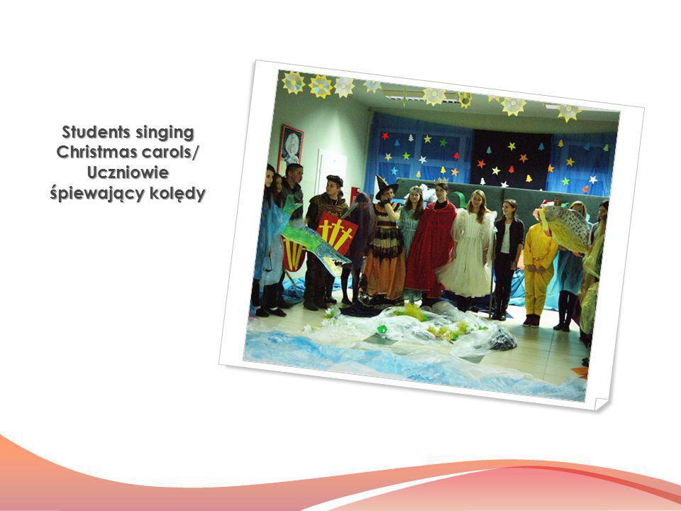 Students singing Christmas carols/ Uczniowie śpiewający kolędy