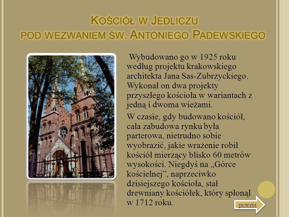 Wybudowano go w 1925 roku według projektu krakowskiego architekta Jana Sas-Zubrzyckiego. Wykonał on dwa projekty przyszłego kościoła w wariantach z je