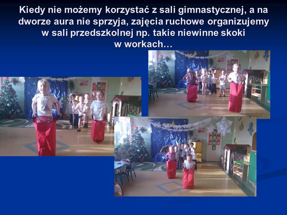 Kiedy nie możemy korzystać z sali gimnastycznej, a na dworze aura nie sprzyja, zajęcia ruchowe organizujemy w sali przedszkolnej np. takie niewinne sk