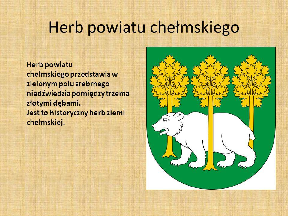 Herb powiatu chełmskiego Herb powiatu chełmskiego przedstawia w zielonym polu srebrnego niedźwiedzia pomiędzy trzema złotymi dębami. Jest to historycz