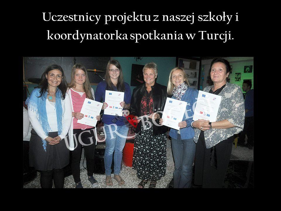 Uczestnicy projektu z naszej szkoły i koordynatorka spotkania w Turcji.