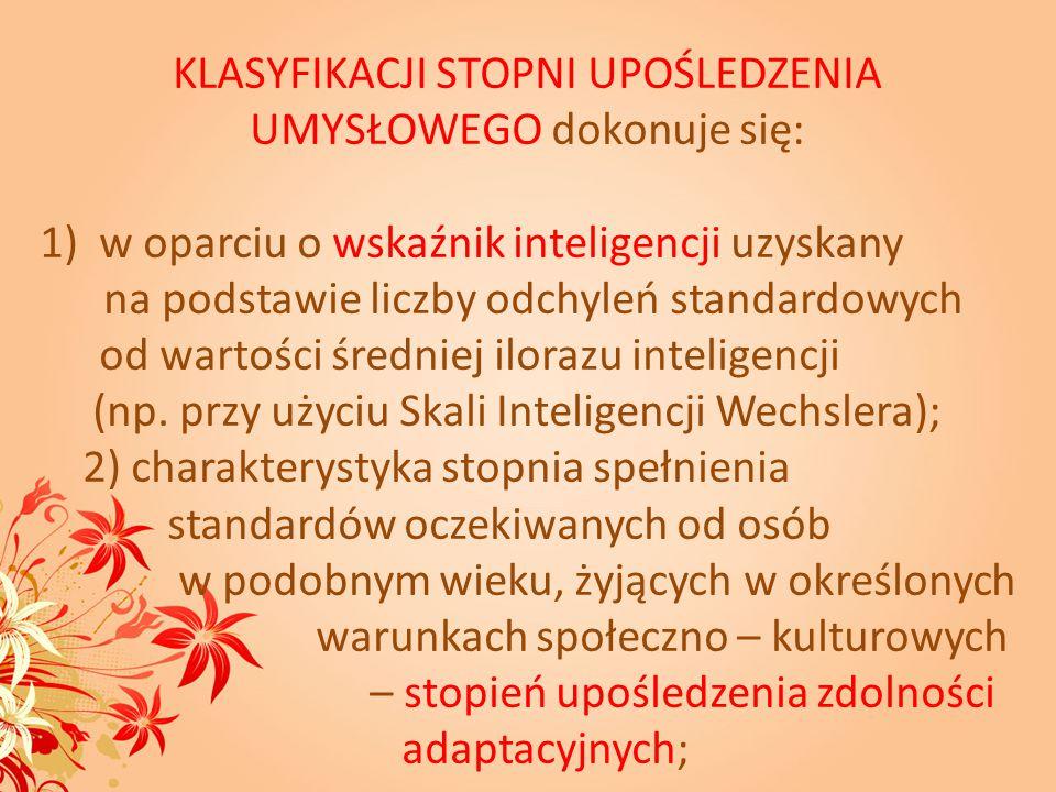UPOŚLEDZENIE UMYSŁOWE W STOPNIU UMIARKOWANYM spowolniony rozwój mowy, niewielki zasób słów, chaotyczne, agramatyczne wypowiedzi; czasem mowa jest niewyraźna lub bełkotliwa; proste polecenia są rozumiane; ograniczone postępy w nauce; tym niemniej niektóre dzieci opanowują podstawowe umiejętności w zakresie czytania, pisania i liczenia; w życiu dorosłym są zdolne do wykonywania prostych, praktycznych czynności; zazwyczaj nabywają umiejętności w zakresie samoobsługi, dbania o higienę, wykonywania prostych prac domowych (sprzątanie, przygotowanie posiłku);
