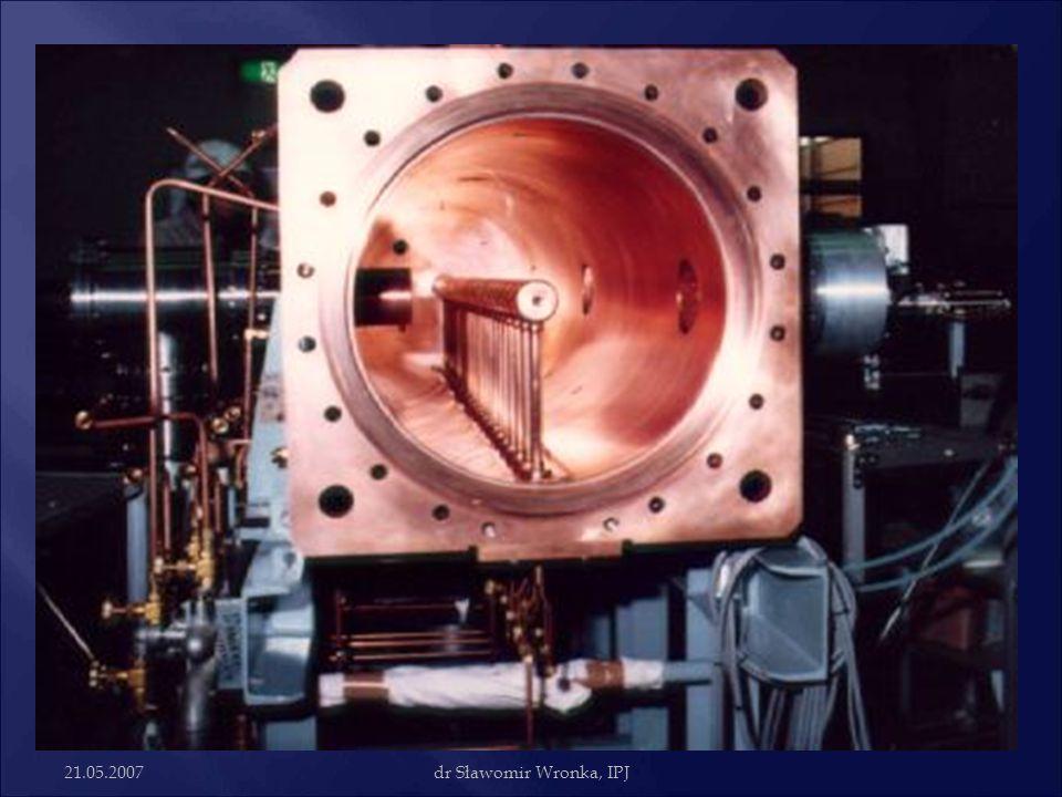 21.05.2007dr Sławomir Wronka, IPJ  Pierwszy akcelerator Alvareza zbudowany został w 1946r. Przyspieszał protony do energii 32 MeV, zasilany ze źródła