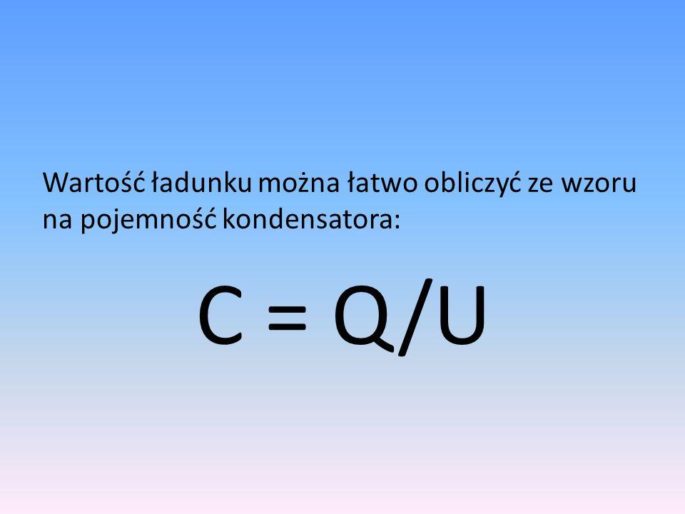 Wartość ładunku można łatwo obliczyć ze wzoru na pojemność kondensatora: C = Q/U