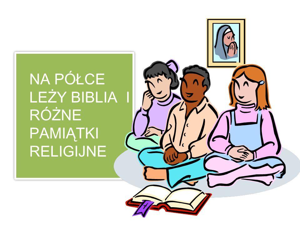 NA PÓŁCE LEŻY BIBLIA I RÓŻNE PAMIĄTKI RELIGIJNE