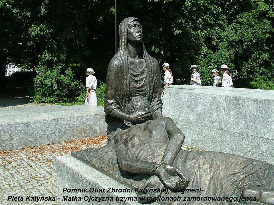 Pomnik Ofiar Zbrodni Katyńskiej budowany był w latach 1994-2000. Jest usytuowany jest na planie krzyża, na powierzchni 380 m². Ma formę czterech płyt