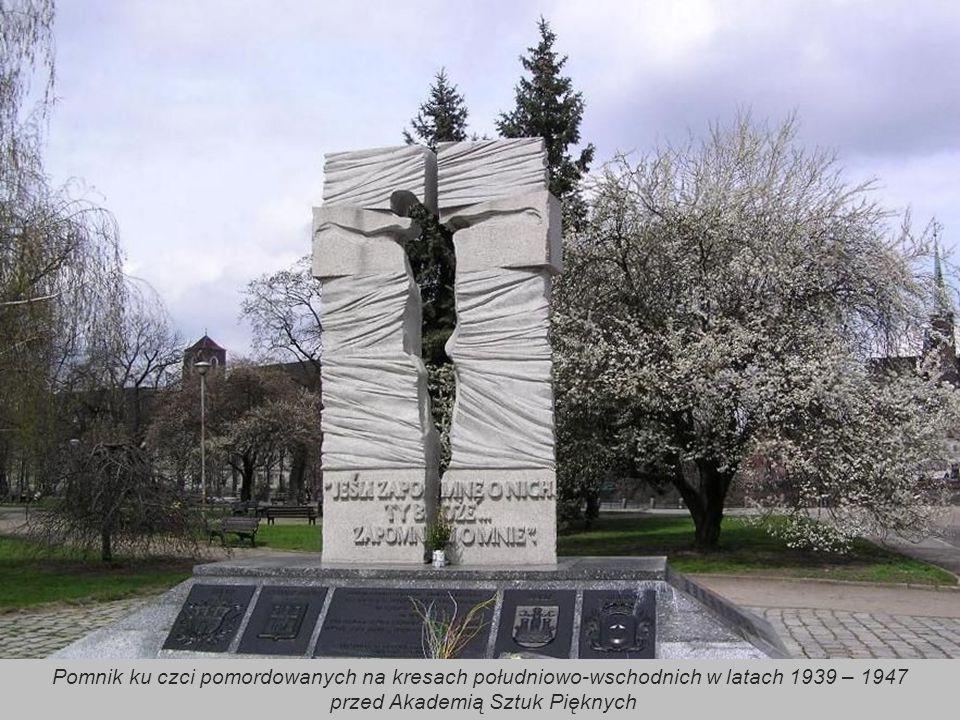 Ufundowany w 1964 przez władze uczelnianie i miejskie pomnik zamordowanych podczas II wojny światowej profesorów Lwowskich Szkół Akademickich stoi mię