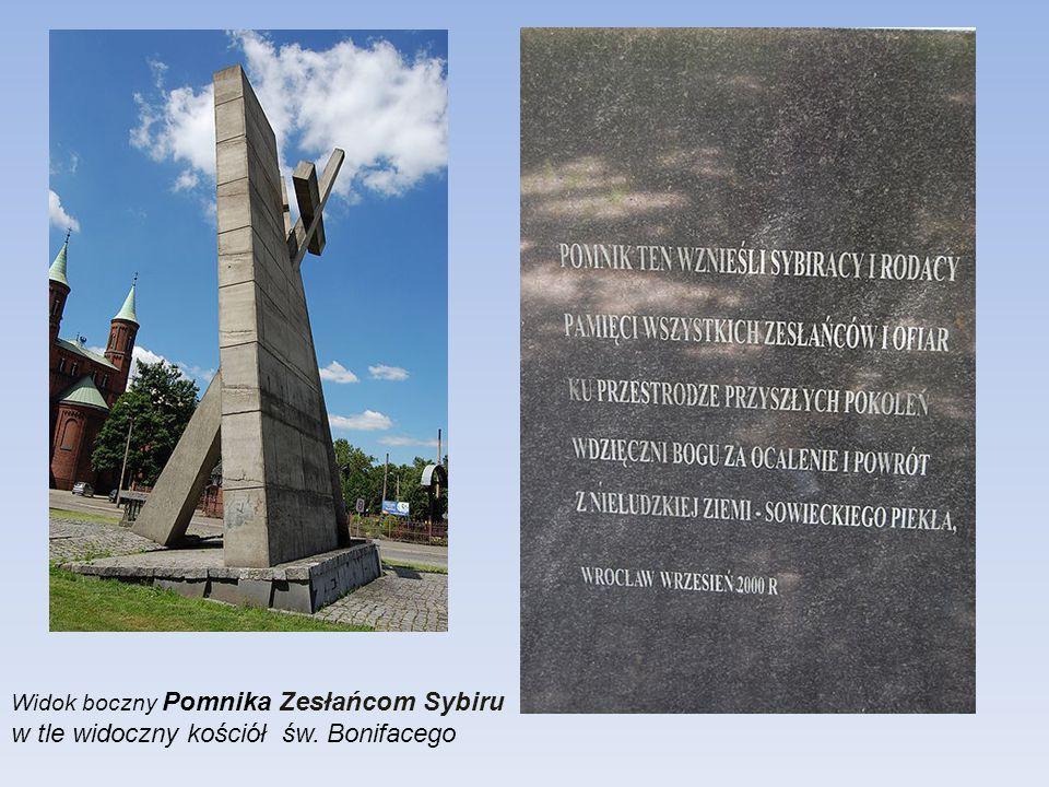 Pomnik Zesłańcom Sybiru na Skwerze Sybiraków obok placu Strzeleckiego. Sylwetka pomnika o wysokości 12 m przedstawia Krzyż łaciński przebijający mur.