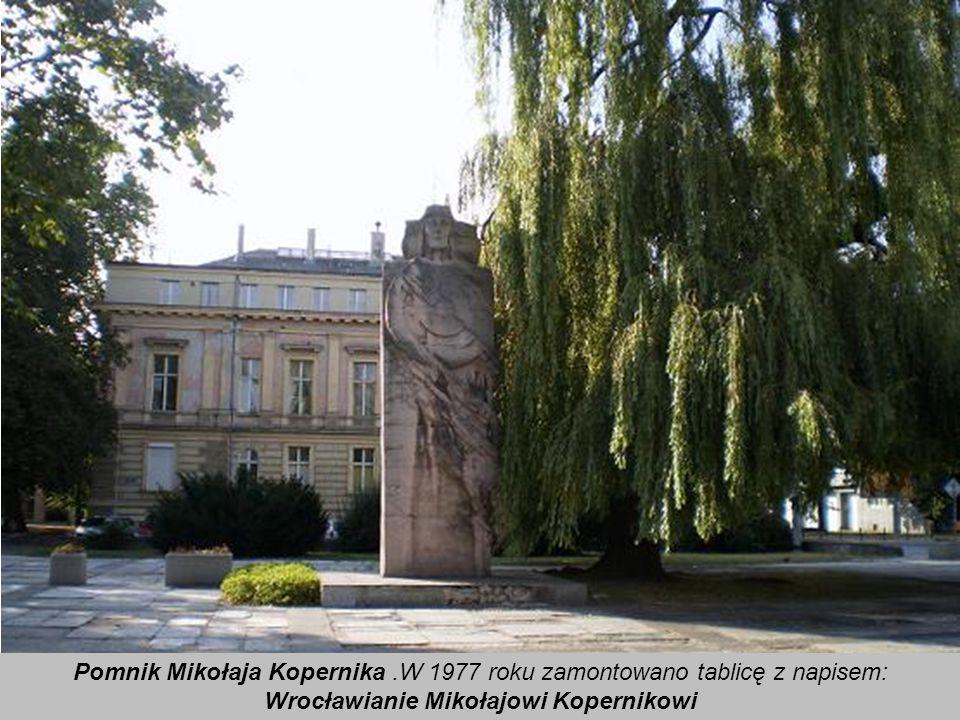 Pomnik Mikołaja Kopernika w centrum miasta. Posąg wykonany jest ze sztucznego kamienia. Ma postać korpusu, sylwetki, ze stylizowanym układem heliocent