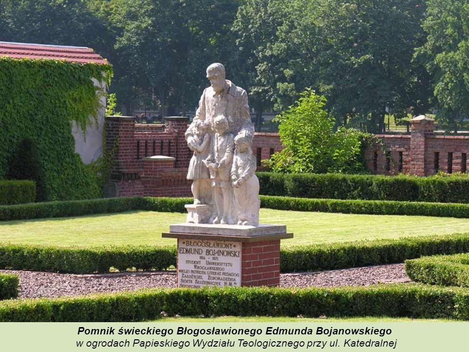 Pomnik Mikołaja Kopernika.W 1977 roku zamontowano tablicę z napisem: Wrocławianie Mikołajowi Kopernikowi