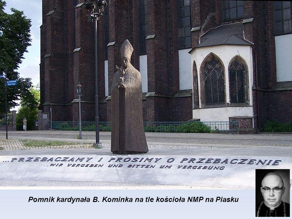 Papież Jana XXIII, granitowy pomnik na niskim cokole przy ulicy Świętego Marcina. Na cokole wykuty jest tytuł jednej z jego encyklik - Pacem in terris