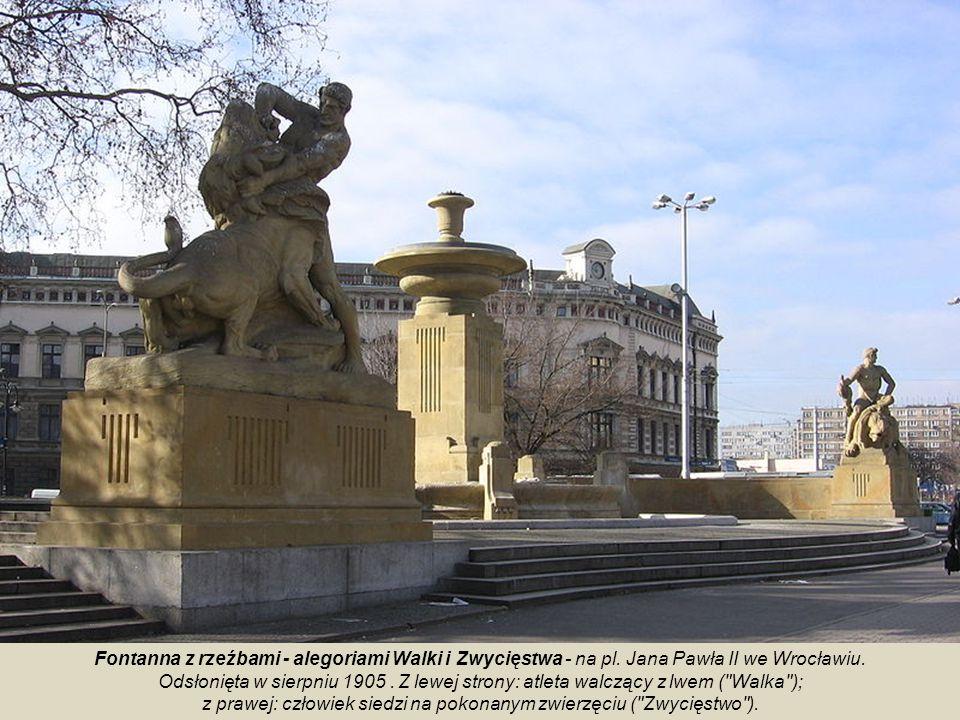 Zwieńczenie fontanny stanowi wykonana z brązu, pozieleniała ze względu na patynę, figura młodego, nagiego mężczyzny, który, stojąc w harmonijnej i spo