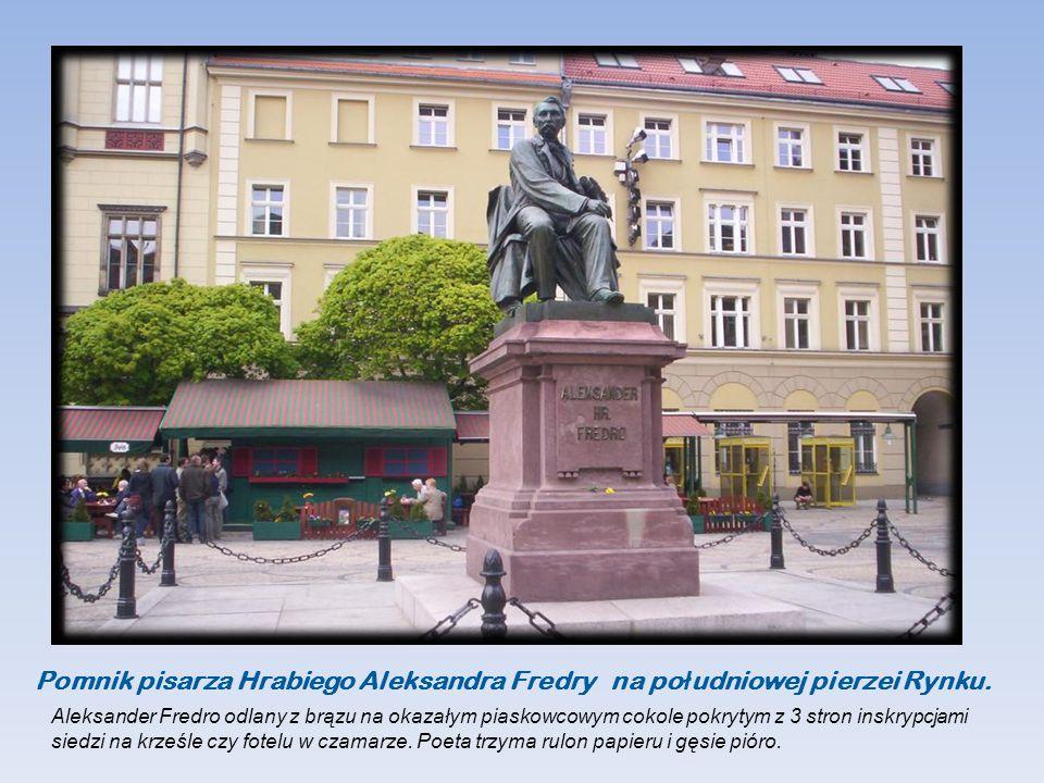 Pomnik pisarza Hrabiego Aleksandra Fredry na po ł udniowej pierzei Rynku.