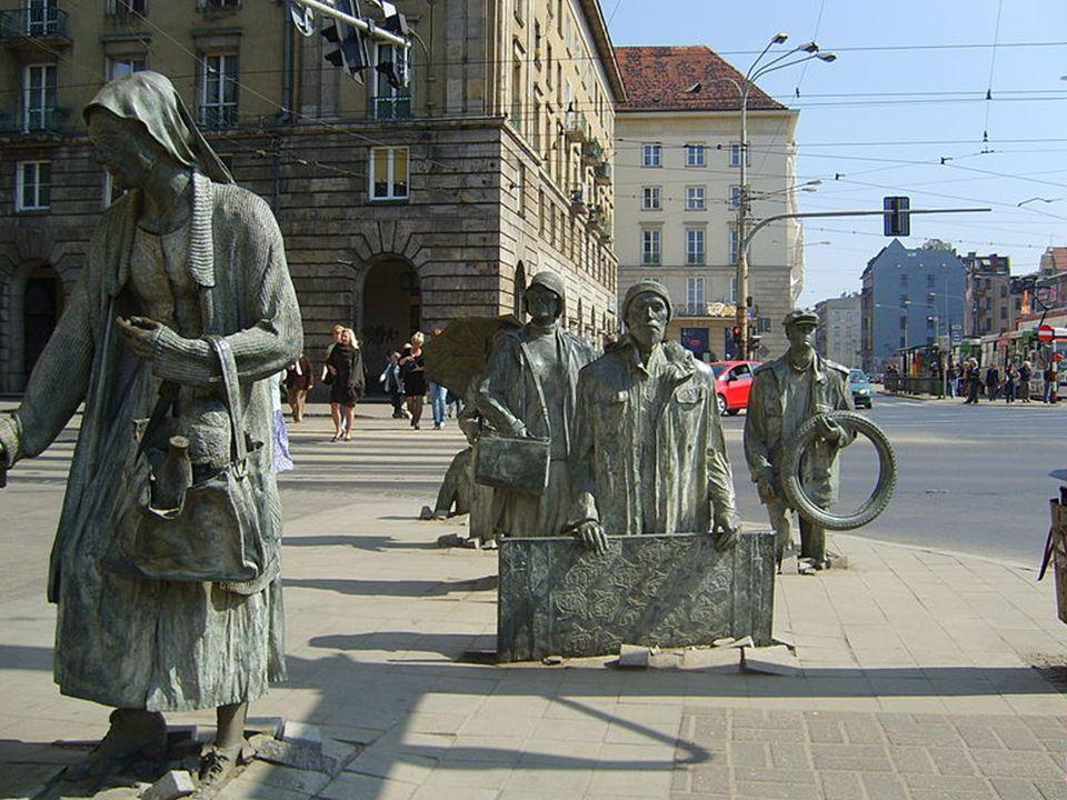 pomnik stojący z dwóch stron skrzyżowania ulic Świdnickiej i Piłsudskiego. Składa się z 14 odlanych z brązu postaci. Został odsłonięty w nocy z 12 na