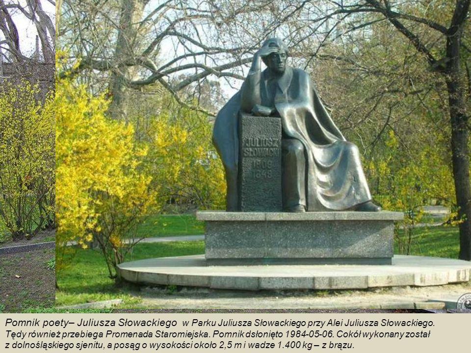Fontanna z rzeźbami - alegoriami Walki i Zwycięstwa - na pl.
