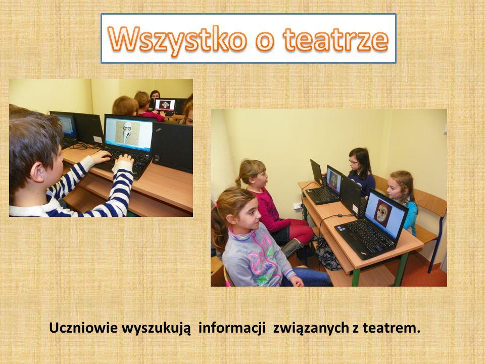Uczniowie wyszukują informacji związanych z teatrem.