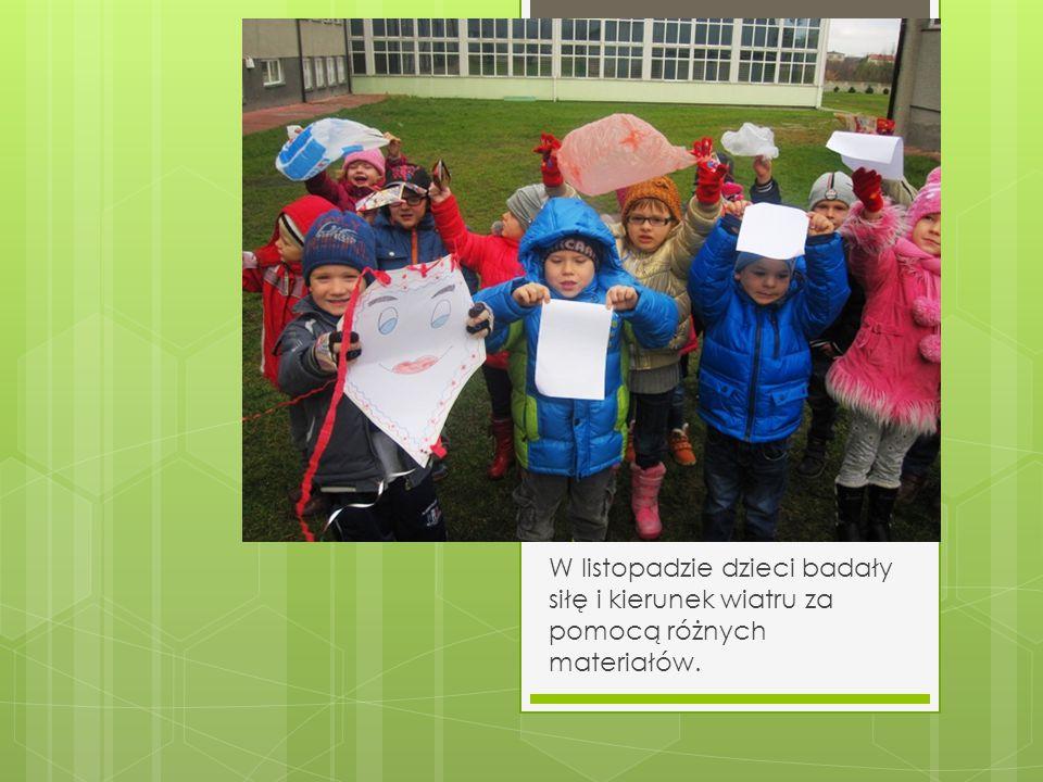 W listopadzie dzieci badały siłę i kierunek wiatru za pomocą różnych materiałów.
