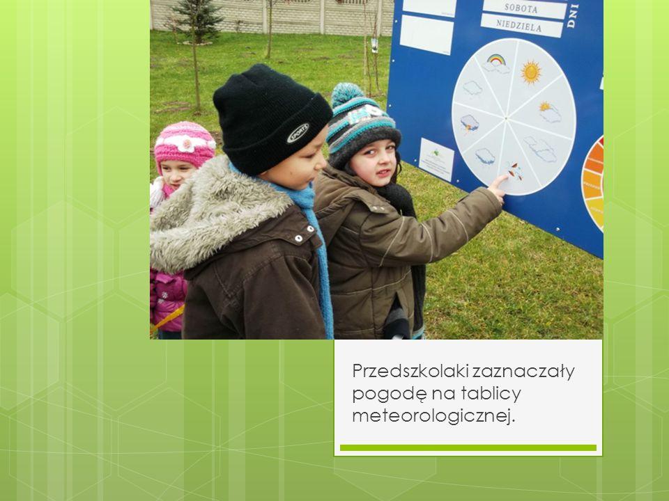 Przedszkolaki zaznaczały pogodę na tablicy meteorologicznej.