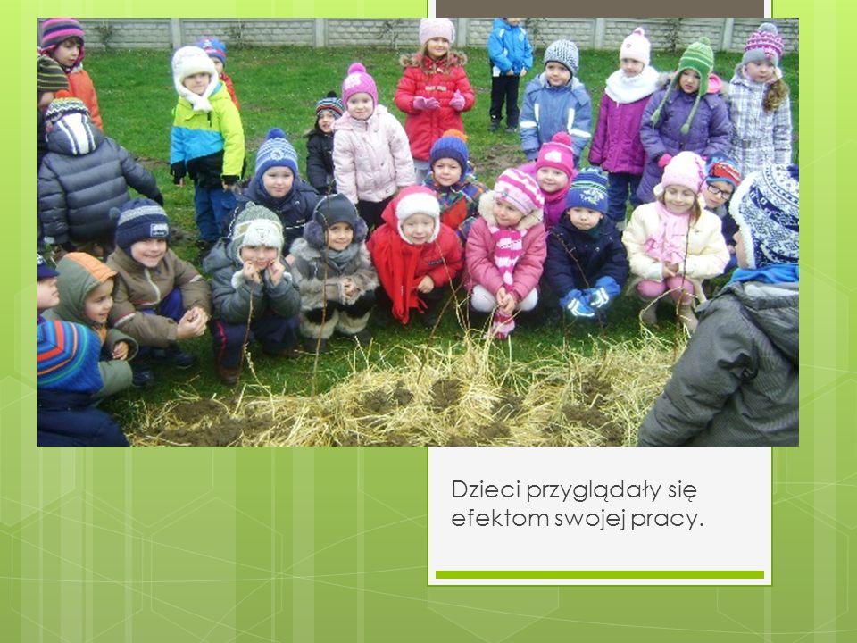 Dzieci przyglądały się efektom swojej pracy.