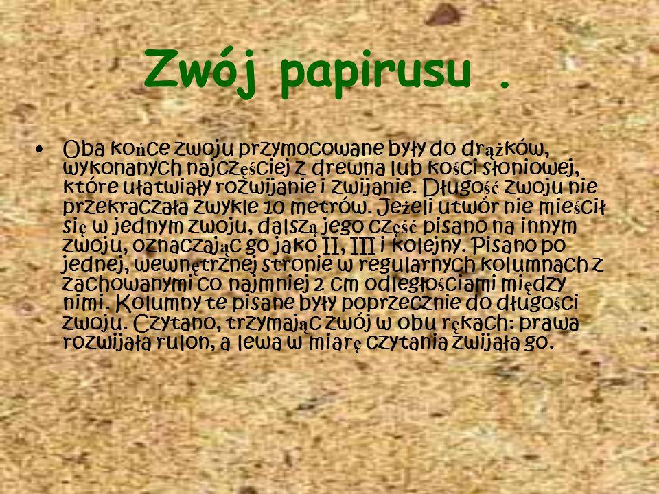 Zwój papirusu. Oba ko ń ce zwoju przymocowane były do dr ąż ków, wykonanych najcz ęś ciej z drewna lub ko ś ci słoniowej, które ułatwiały rozwijanie i
