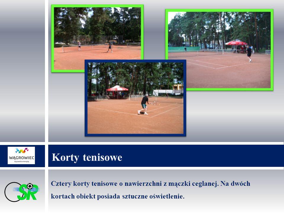 Cztery korty tenisowe o nawierzchni z mączki ceglanej.