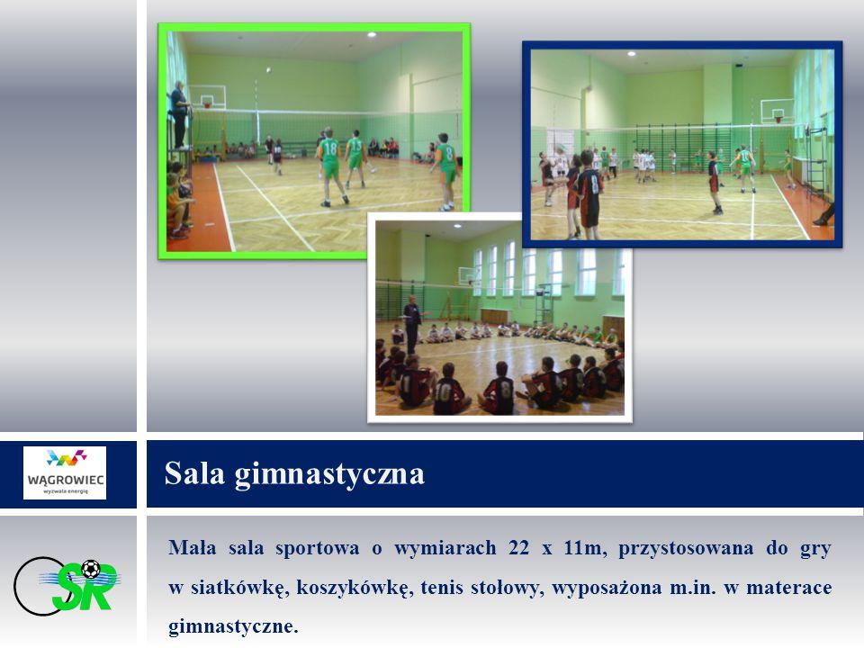 Mała sala sportowa o wymiarach 22 x 11m, przystosowana do gry w siatkówkę, koszykówkę, tenis stołowy, wyposażona m.in.