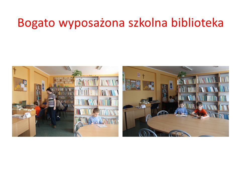 Bogato wyposażona szkolna biblioteka