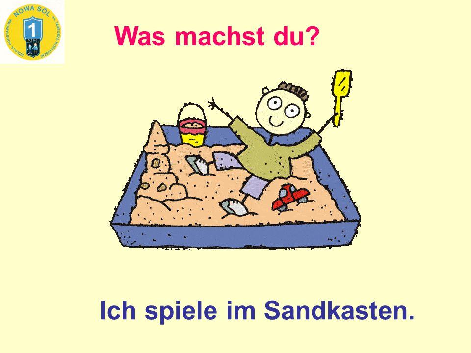 Was machst du? Ich spiele im Sandkasten.