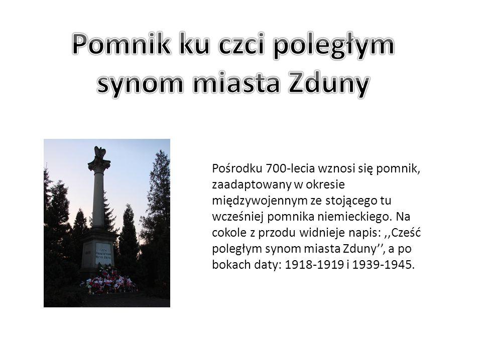 Pośrodku 700-lecia wznosi się pomnik, zaadaptowany w okresie międzywojennym ze stojącego tu wcześniej pomnika niemieckiego. Na cokole z przodu widniej