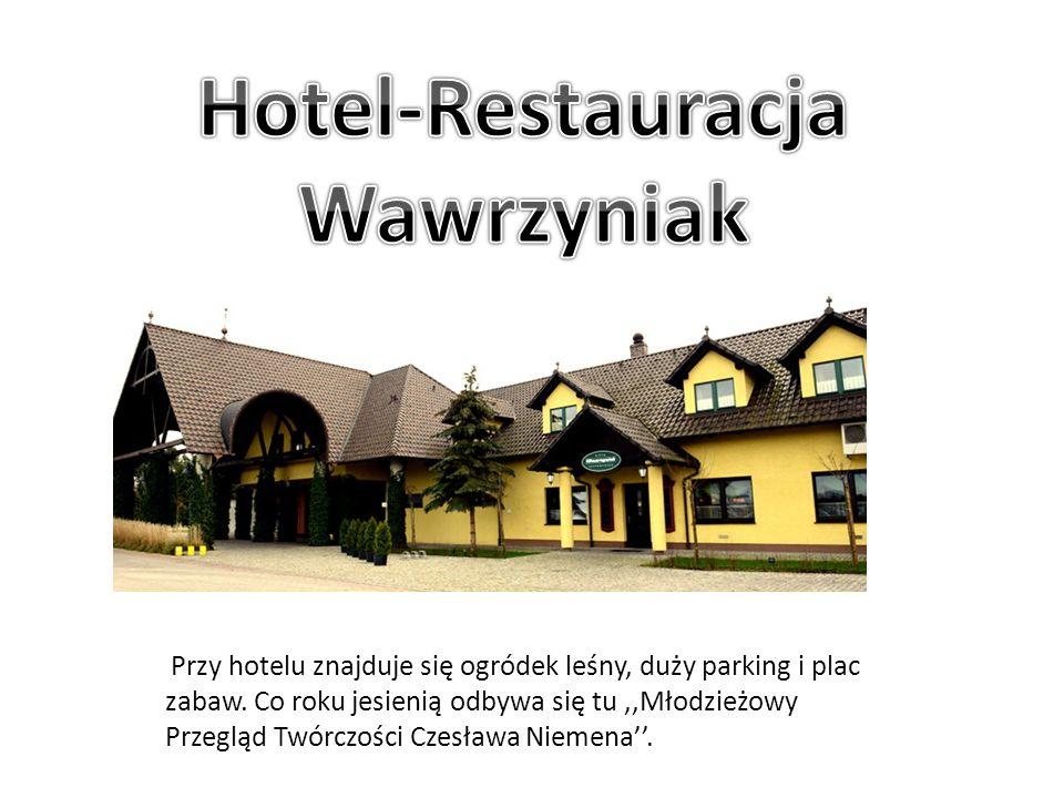Przy hotelu znajduje się ogródek leśny, duży parking i plac zabaw. Co roku jesienią odbywa się tu,,Młodzieżowy Przegląd Twórczości Czesława Niemena''.