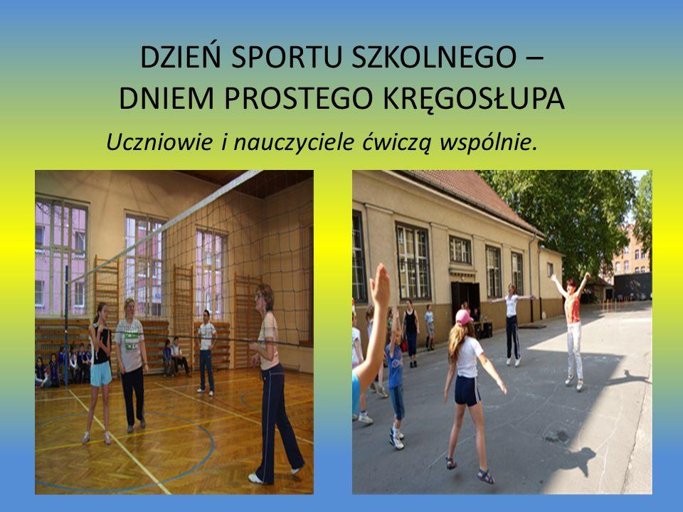 DZIEŃ SPORTU SZKOLNEGO – DNIEM PROSTEGO KRĘGOSŁUPA Uczniowie i nauczyciele ćwiczą wspólnie.
