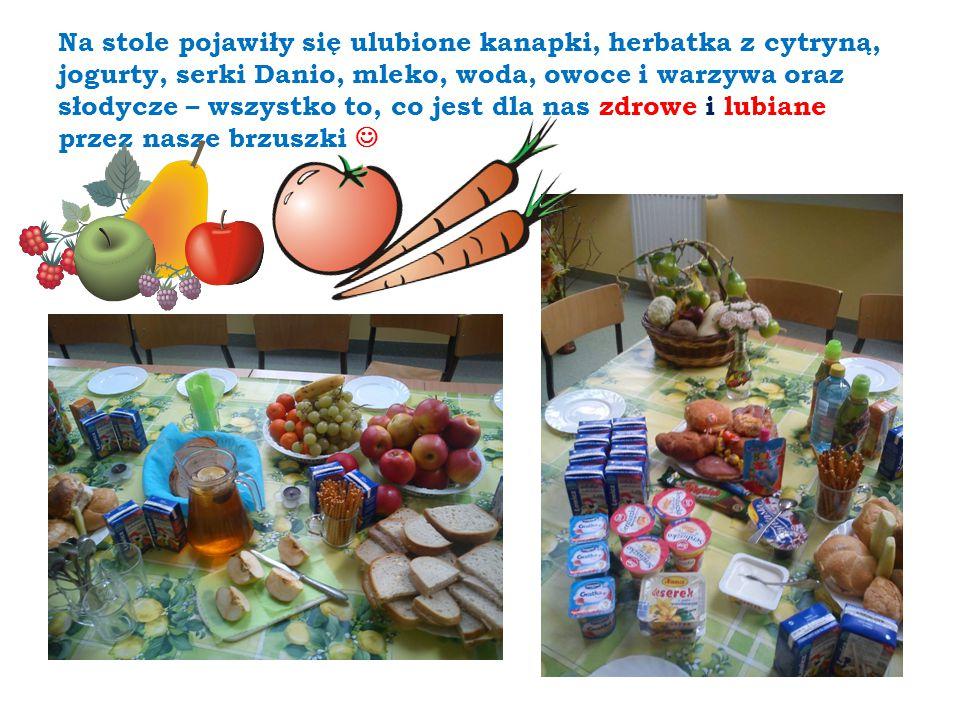 Na stole pojawiły się ulubione kanapki, herbatka z cytryną, jogurty, serki Danio, mleko, woda, owoce i warzywa oraz słodycze – wszystko to, co jest dl