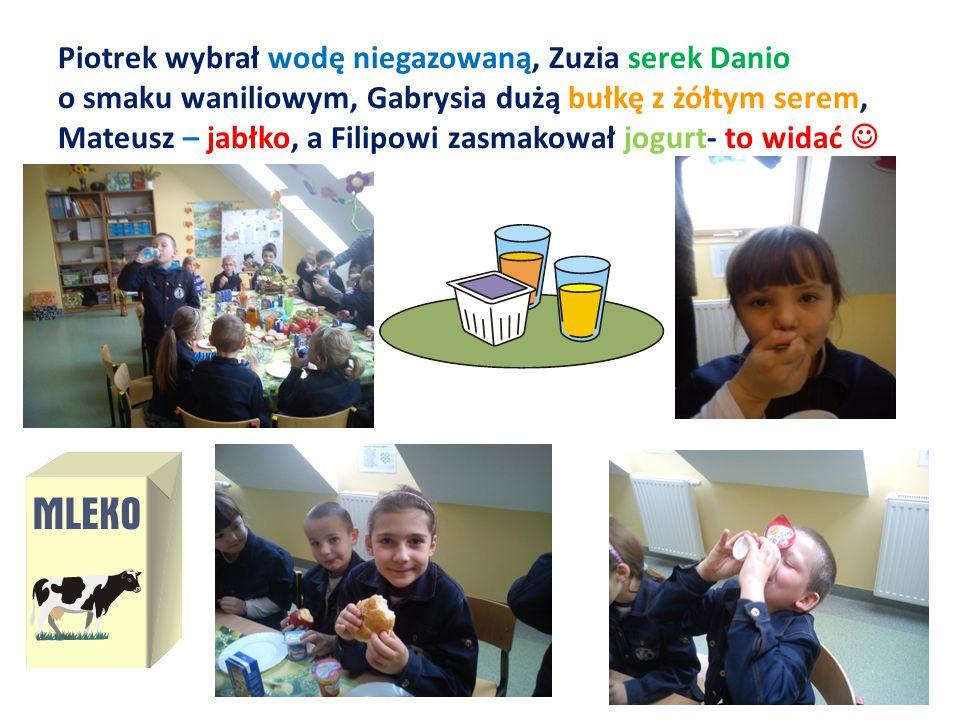 Piotrek wybrał wodę niegazowaną, Zuzia serek Danio o smaku waniliowym, Gabrysia dużą bułkę z żółtym serem, Mateusz – jabłko, a Filipowi zasmakował jog