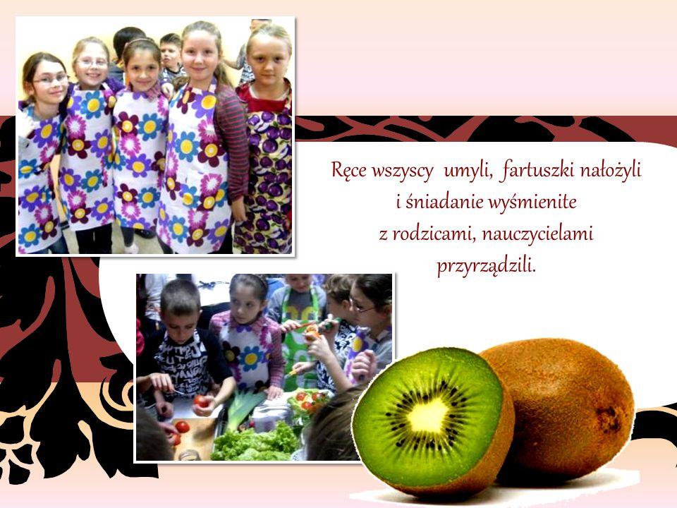 """8 listopada dzieci z kłodawskiej """"Jedynki"""", przyszły do szkoły mając wesołe minki."""