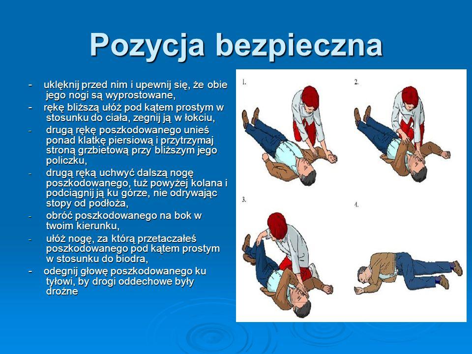 Pozycja bezpieczna - uklęknij przed nim i upewnij się, że obie jego nogi są wyprostowane, - rękę bliższą ułóż pod kątem prostym w stosunku do ciała, zegnij ją w łokciu, - drugą rękę poszkodowanego unieś ponad klatkę piersiową i przytrzymaj stroną grzbietową przy bliższym jego policzku, - drugą ręką uchwyć dalszą nogę poszkodowanego, tuż powyżej kolana i podciągnij ją ku górze, nie odrywając stopy od podłoża, - obróć poszkodowanego na bok w twoim kierunku, - ułóż nogę, za którą przetaczałeś poszkodowanego pod kątem prostym w stosunku do biodra, - odegnij głowę poszkodowanego ku tyłowi, by drogi oddechowe były drożne