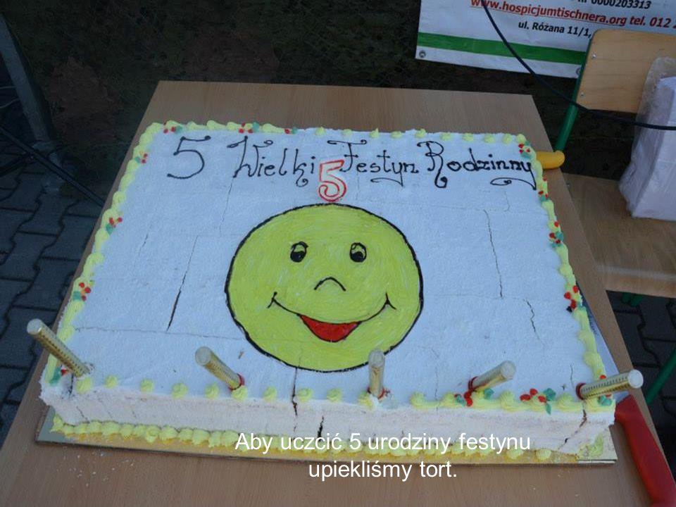 Aby uczcić 5 urodziny festynu upiekliśmy tort.