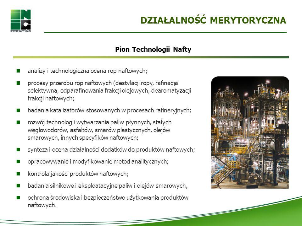 DZIAŁALNOŚĆ MERYTORYCZNA analizy i technologiczna ocena rop naftowych; procesy przerobu rop naftowych (destylacji ropy, rafinacja selektywna, odparafinowania frakcji olejowych, dearomatyzacji frakcji naftowych; badania katalizatorów stosowanych w procesach rafineryjnych; rozwój technologii wytwarzania paliw płynnych, stałych węglowodorów, asfaltów, smarów plastycznych, olejów smarowych, innych specyfików naftowych; synteza i ocena działalności dodatków do produktów naftowych; opracowywanie i modyfikowanie metod analitycznych; kontrola jakości produktów naftowych; badania silnikowe i eksploatacyjne paliw i olejów smarowych, ochrona środowiska i bezpieczeństwo użytkowania produktów naftowych.