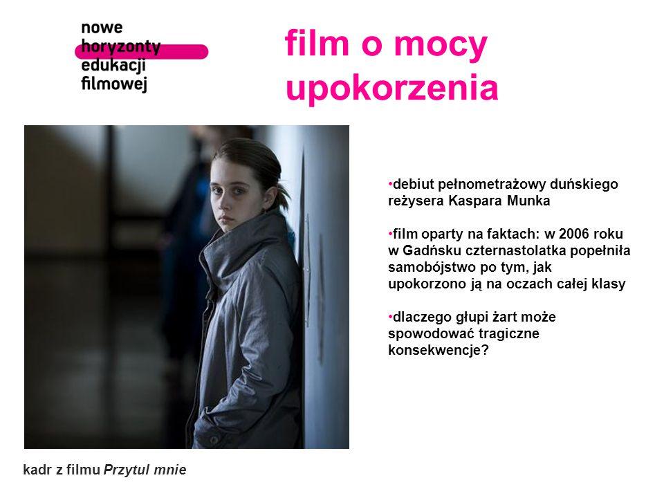 film o mocy upokorzenia kadr z filmu Przytul mnie debiut pełnometrażowy duńskiego reżysera Kaspara Munka film oparty na faktach: w 2006 roku w Gadńsku czternastolatka popełniła samobójstwo po tym, jak upokorzono ją na oczach całej klasy dlaczego głupi żart może spowodować tragiczne konsekwencje?