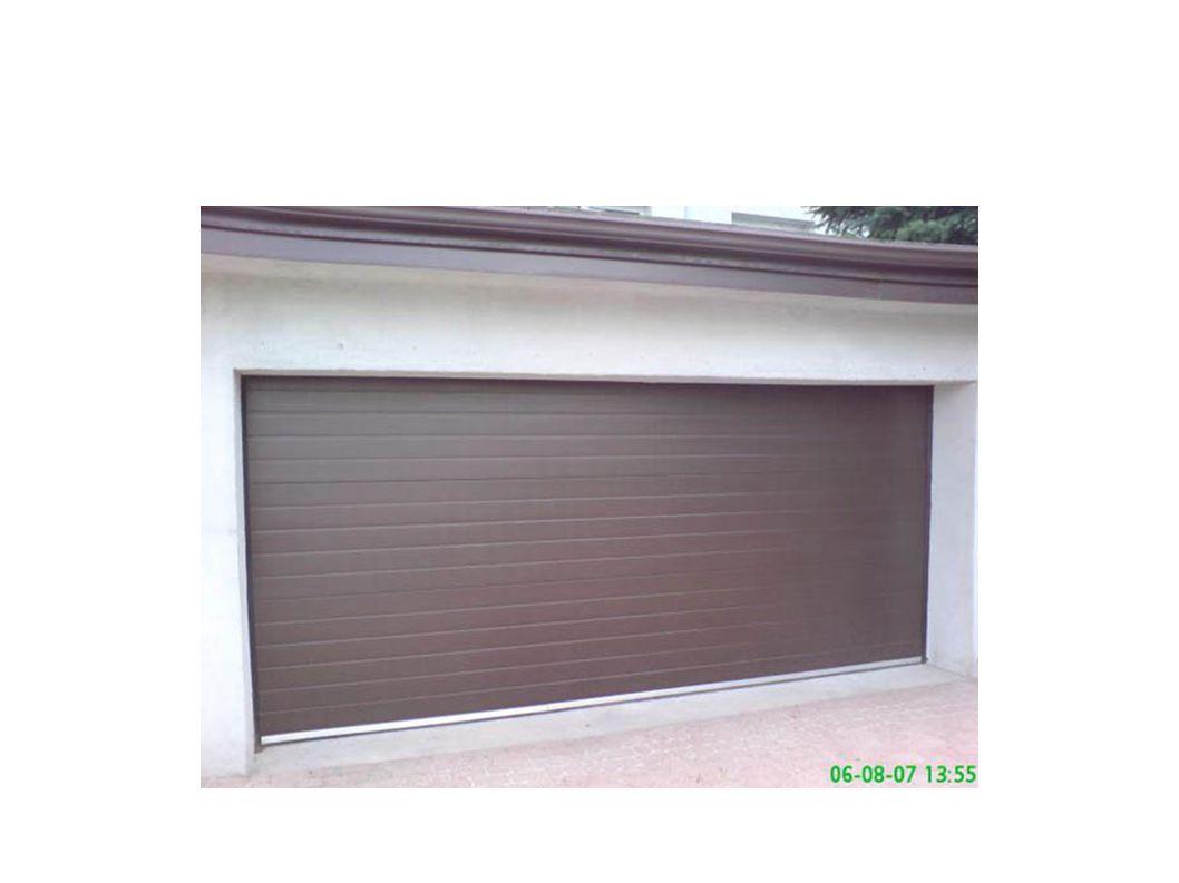 Bezpieczeństwo Wszystkie nasze bramy wyposażone są - zabezpieczenie chroniące przed skutkami pęknięcia sprężyn zabezpieczenie chroniące przed zakleszczeniem palców w segmencie bramy zabezpieczenie w postaci odpowiednio ukształtowanych pionowych szyn jezdnych, chroniących przed bocznym wsunięciem palców mocny i stabilny panel bramowy o grubości 40 mm