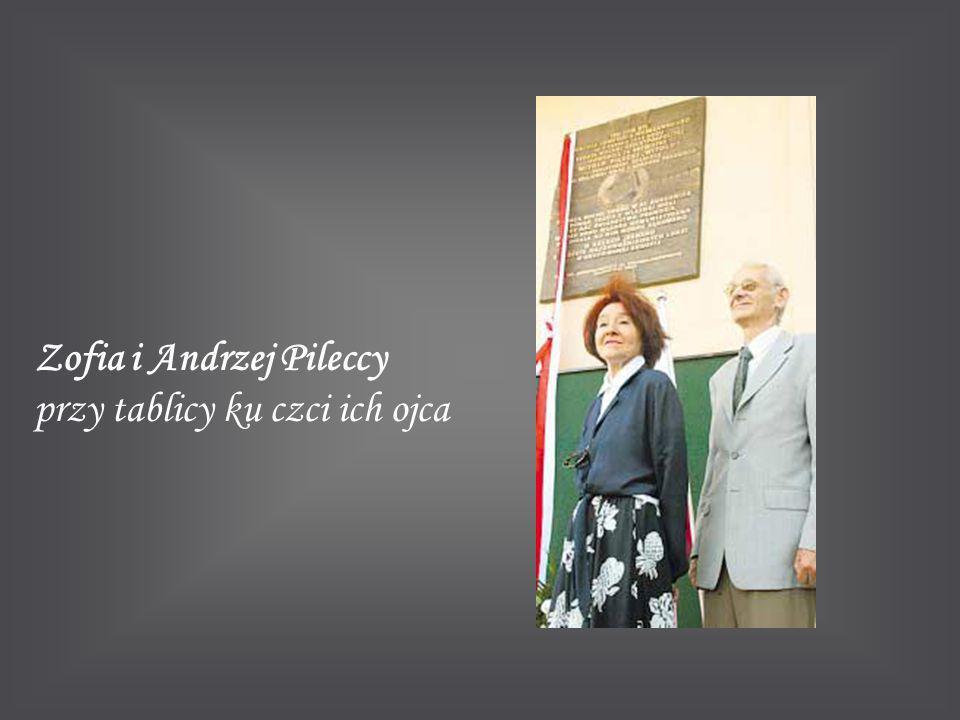 Zofia i Andrzej Pileccy przy tablicy ku czci ich ojca