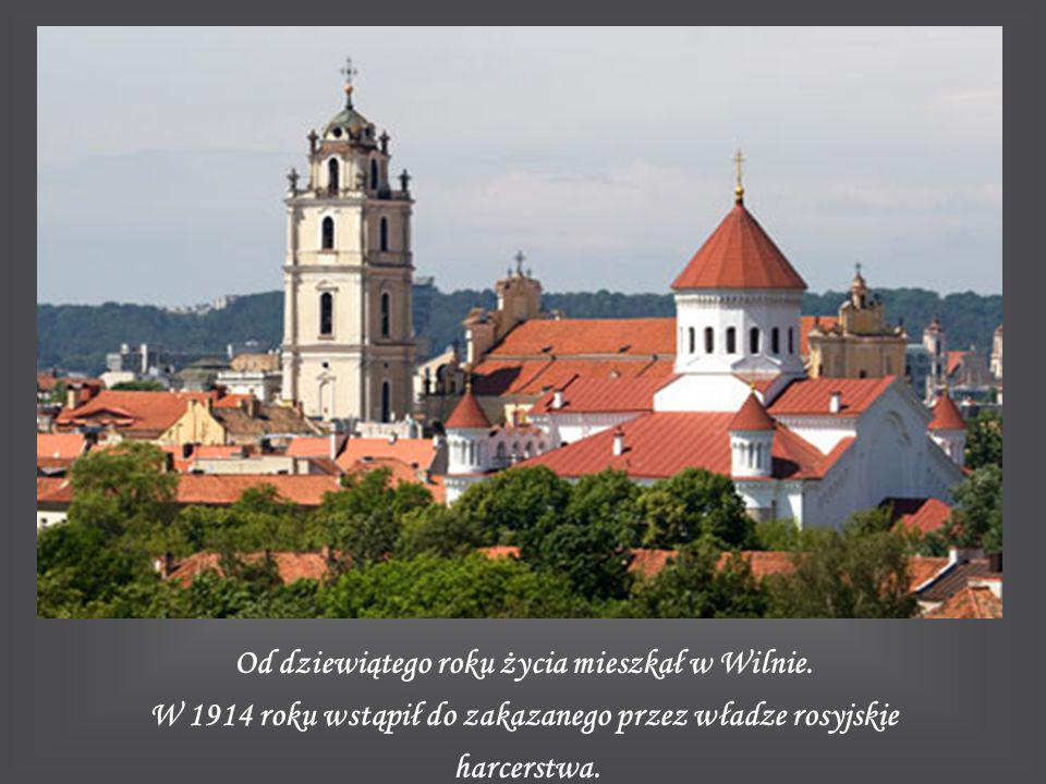 Od dziewiątego roku życia mieszkał w Wilnie. W 1914 roku wstąpił do zakazanego przez władze rosyjskie harcerstwa.